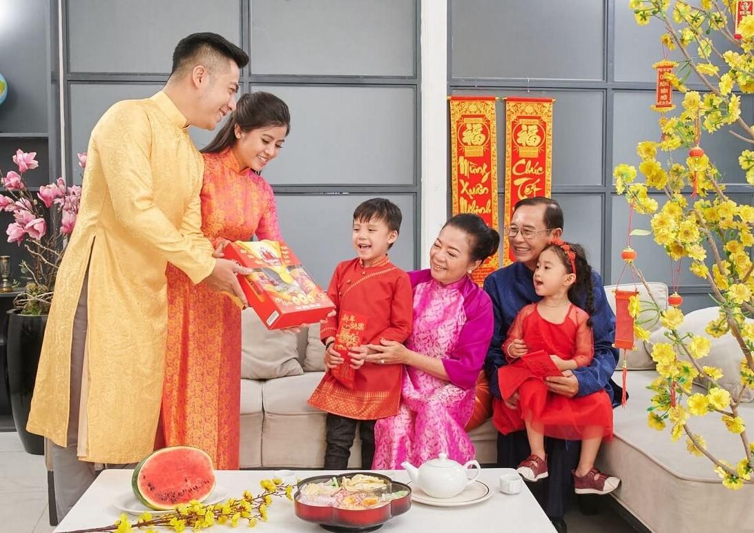 Quà biếu ý nghĩa gia đình bố mẹ vào dịp tết